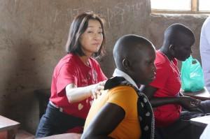 6月中旬に現場に入り、心理社会的ワークショップで トラウマを抱える子ども達に寄り添った理事長・鈴木りえこ